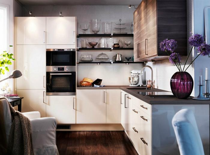 Простой и оригинальный интерьер небольшой кухни.