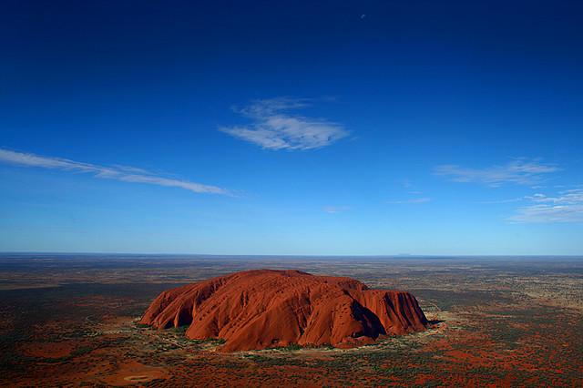 Скала Улуру (Айерс Рок),  Австралия. Фото - вид сверху