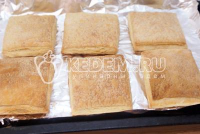 Выложить на противень с фольгой и выпекать в духовке 10-12 минут при температуре 200 градусов С. Остудить - Слоёные пирожные «Мокрый наполеон». Фото рецепт приготовление слоёных пирожных.