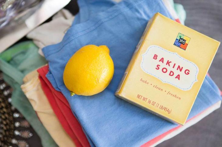 1. Пятна на одежде в зоне подмышек можно удалить с помощью лимонного сока или пищевой соды. одежда, совет
