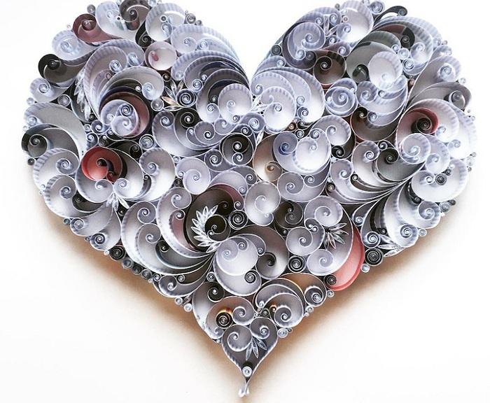 Потрясающее сердце, выполненное из завитков скрученной бумаги.