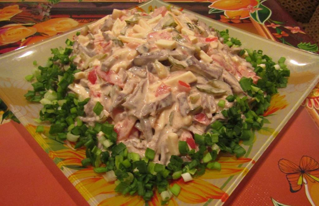 Салат с сердцем, копченым сыром и овощами