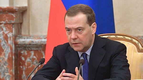 Медведев объяснил, почему всегда выбирает воду с газом
