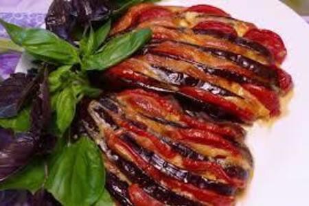 Фото к рецепту: Веер из баклажан с помидорами и сыром