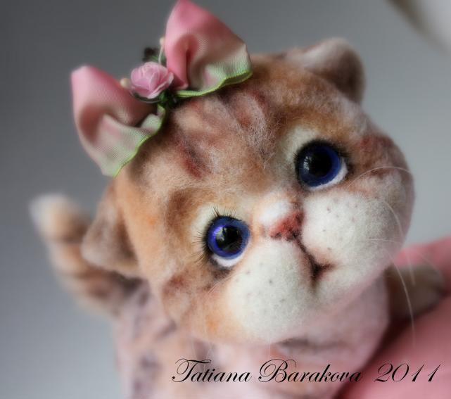 Войлочный котенок с бантиком. Фото