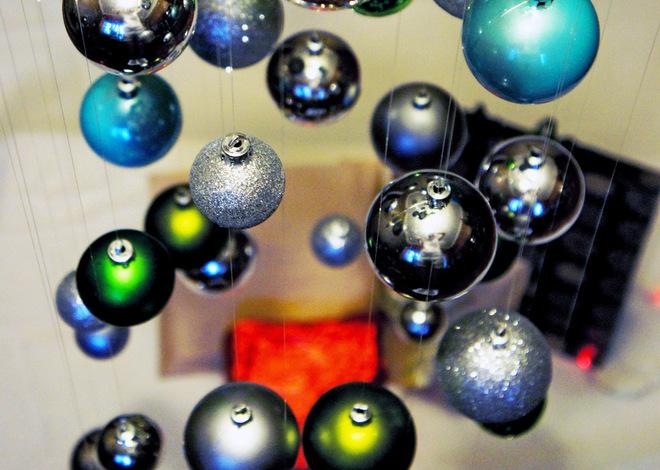 Воздушная ёлка из новогодних шариков