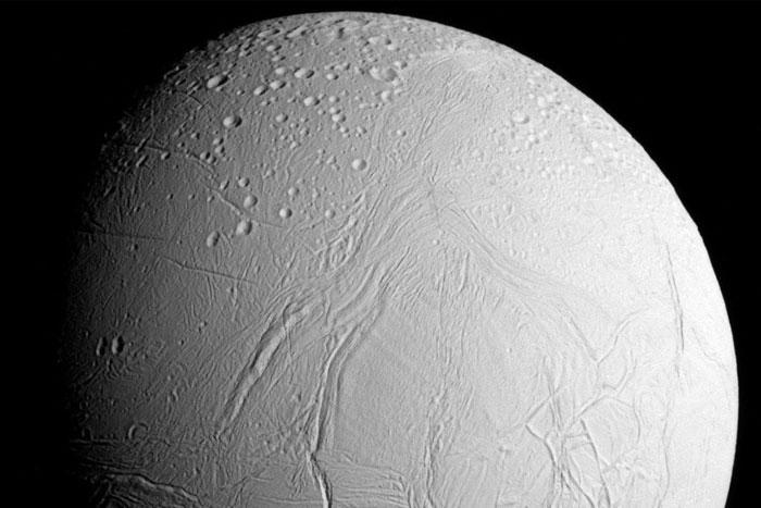 Новые фото причудливой луны Сатурна – Энцелад