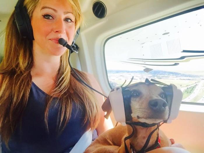 Девушка-пилот со своим любимцем.