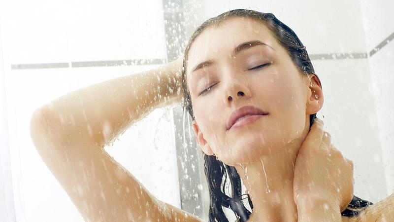 Умывание под душем портит лицо