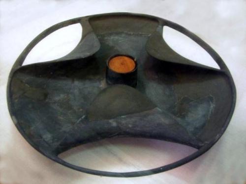 Трехлопастный дискУдивительный трехлопастный диск был обнаружен египтологом Уолтером Брайаном. Кому и для чего служил этот диск не установлено до сих пор. Этот артефакт выполнен из очень хрупкого материала, поэтому древним колесом, несмотря на свою форму, этот предмет быть не может. Кто-то высказал предположение, что данный диск мог быть ножкой масляной лампы, но по своей форме диск в больше мере похож на функциональное устройство, нежели на предмет декора.