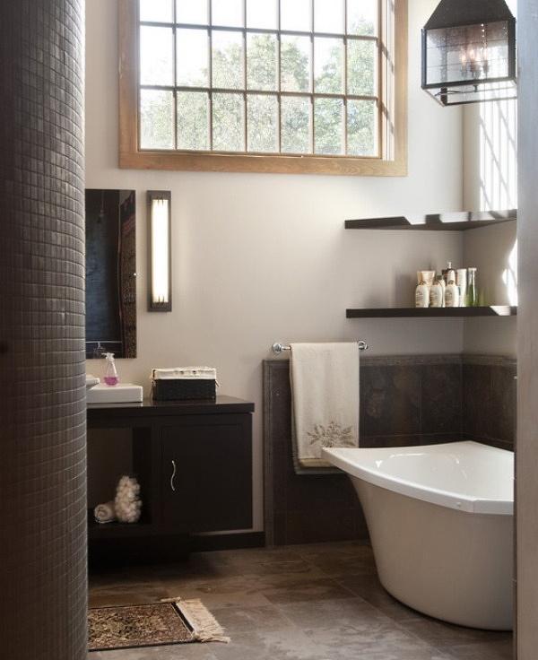 Дизайн маленькой ванной с угловыми полками