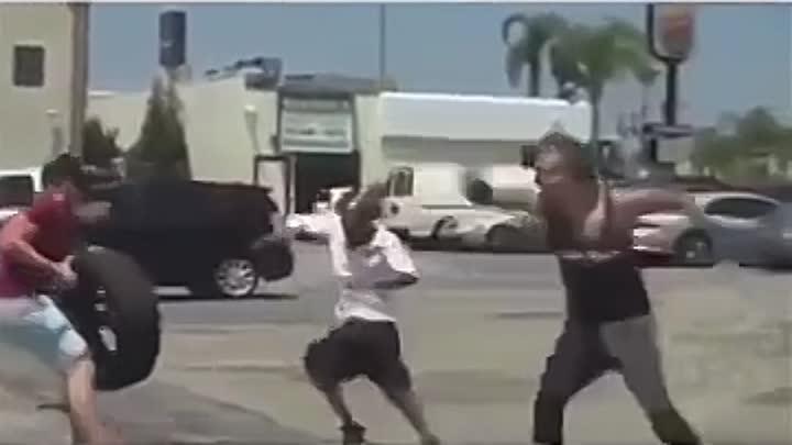 Разыграли мужика с колесом автомобиля: видео