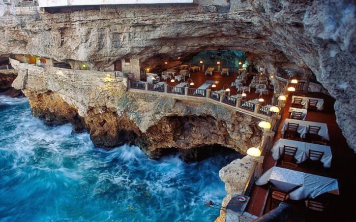 Ресторан был построен в пещере, образовавшейся сотни лет назад, и является одним из самых уникальных заведений такого рода в мире.