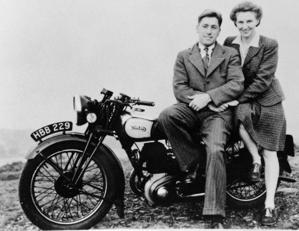 Редж со своей покойной женой Дороти на мотоцикле Norton в 1937 году.