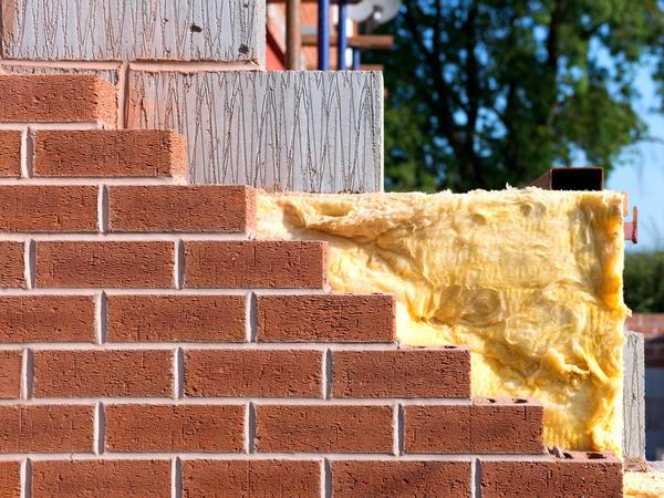Хорошую защиту дома из кирпича или мелких блоков обеспечивают многослойные стены