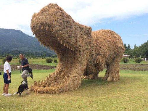 Соломенные скульптуры на Wara Art Festival в Японии (13 фото)