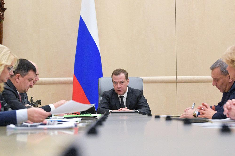 Медведев напомнил губернаторам об ответственности за тарифы на вывоз мусора