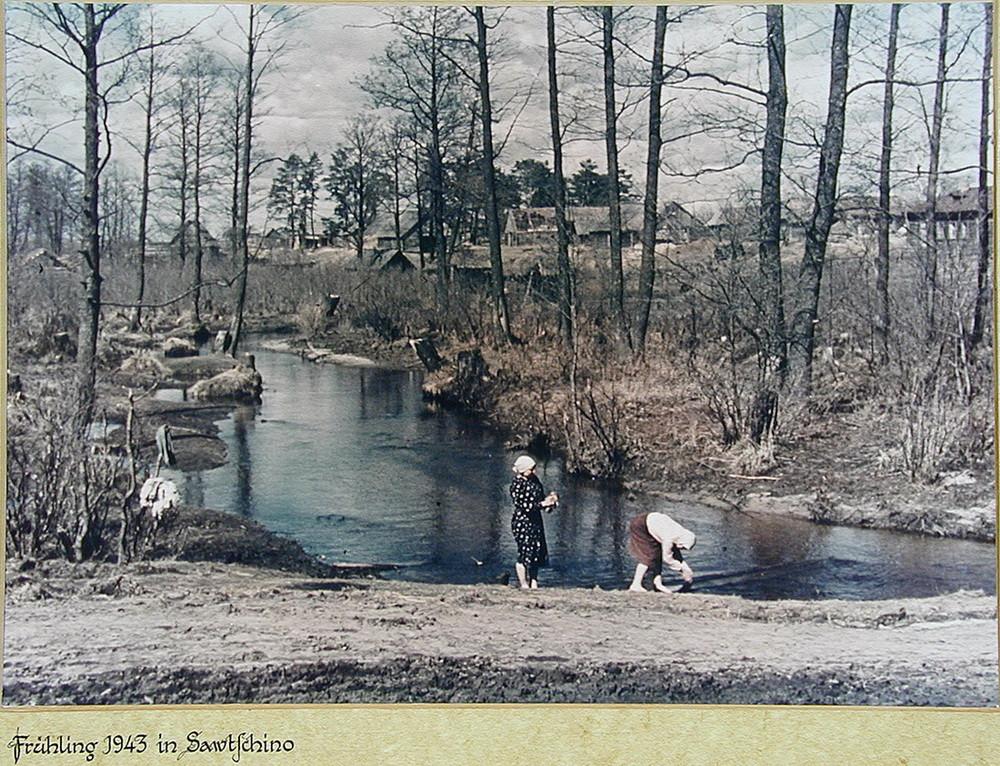 С оветские крестьянки стирают белье в реке. Весна 1943 года. Калужская область деревня, фото