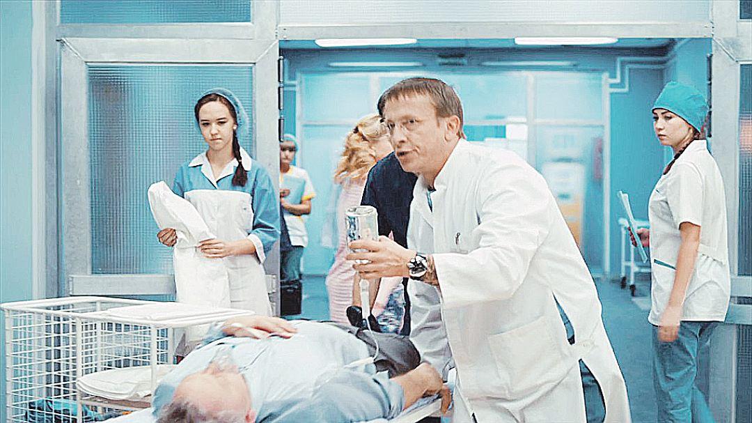 Зав. терапевтическим отделением в сериале «Интерны» Быков в исполнении Ивана Охлобыстина циничен, суров, но справедлив. Он может третировать подчиненных, но ради пациентов. Фото: Кадр из сериала