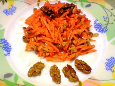 Салат из грецких орехов в меду и с грушей