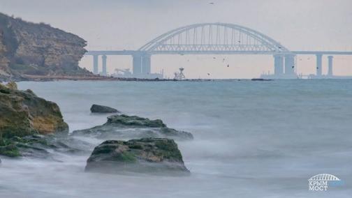 """""""Еще стоит"""": Украинские СМИ и блогеры ждут, что Крымский мост снесет зимними штормами"""