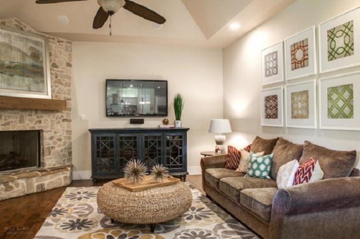 Прекрасная комната с каменной кладкой и мебелью подобранной со вкусом, дополнена необычным круглым столиком.