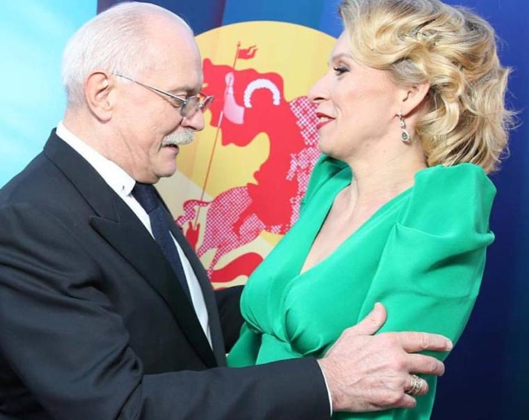 Михалкова застукали за бесцеремонным разглядыванием груди представителя МИД Захаровой. ФОТО