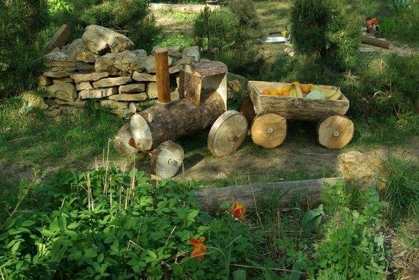 Паровоз из бревен для сада