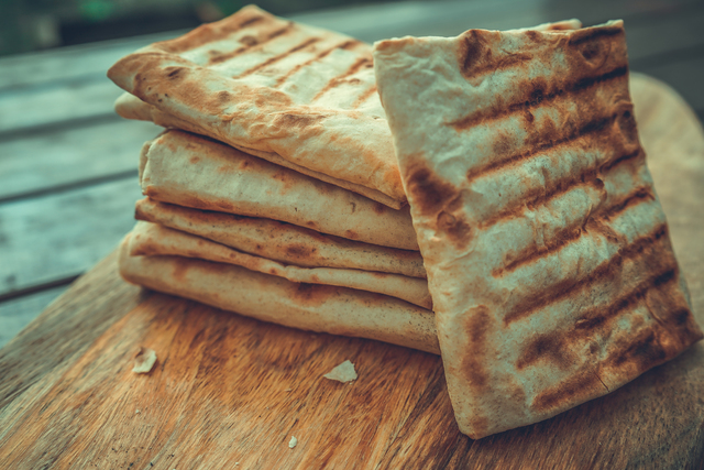 Фото к рецепту: Закуска из лаваша с творогом и сыром