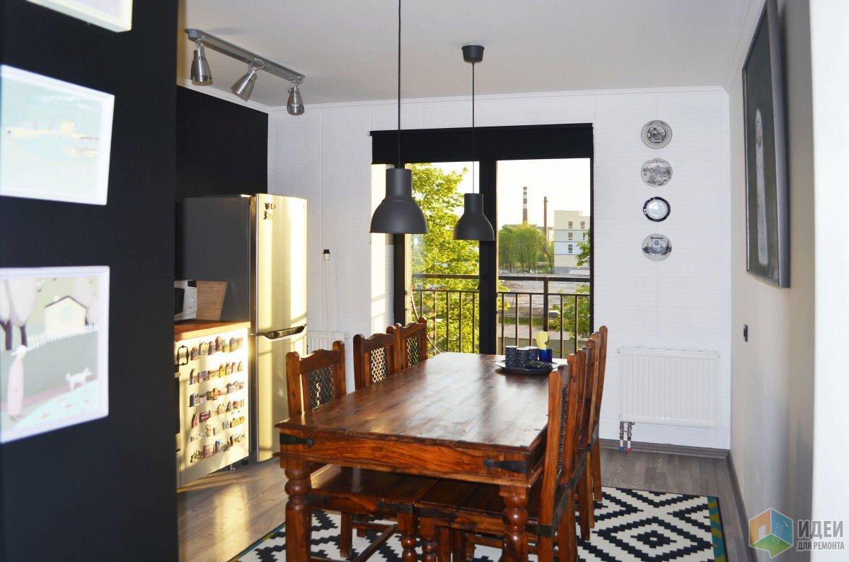Черно-белая кухня с деревянным столом