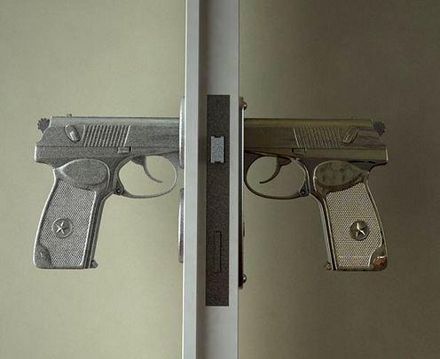 оригинальные дверные ручки в виде пистолета