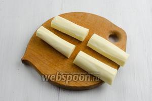 Полоски сыра разделить пополам.