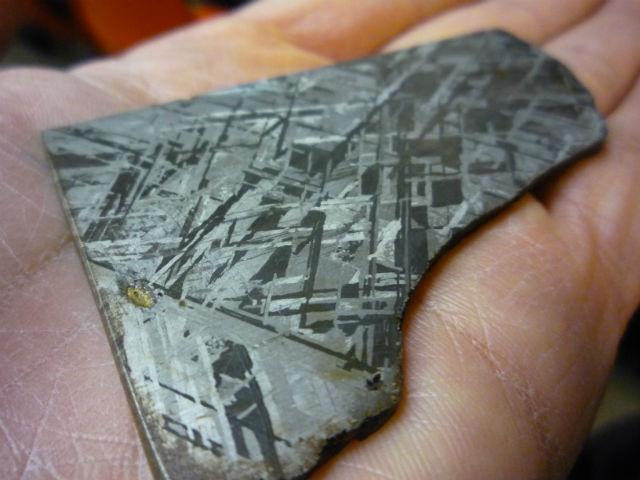 Видманштеттенова структура является главным доказательством внеземного происхождения металла, из которого была изготовлена бусина (фото Waifer X/Wikimedia Commons).