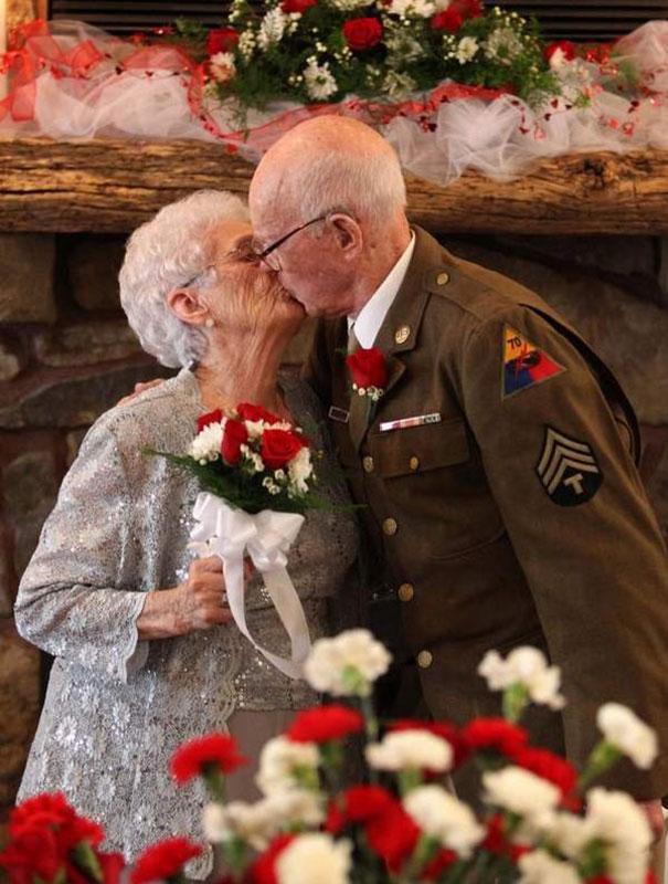 Пара, в спешке поставившая штамп во время ВОВ, наконец-то нормально оформила брак