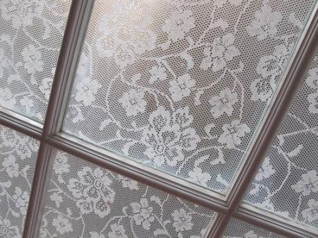 Как затемнить окна с помощью кружев