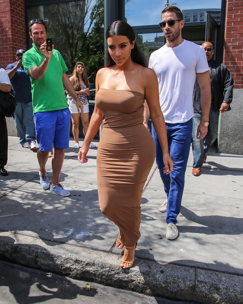15 фото, на которых люди смотрят на главное достоинство Ким Кардашьян знаменитости, интересное, ким кардашян, приколы