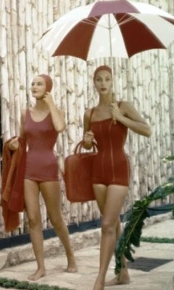 Архивы Vоgue: пляжная мода 50-х годов, где женщина-загадка