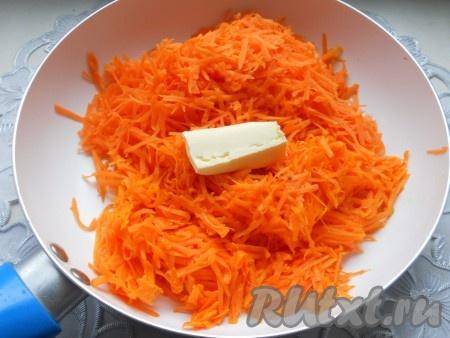 Тыкву и морковь натереть на крупной терке. Поместить в сковороду с растительным маслом, добавить сливочное масло.