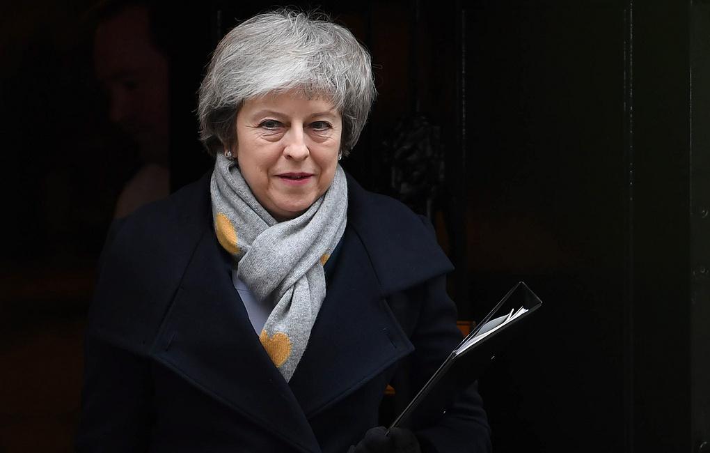 В Британия Мэй осталась премьером, а страна остается в тупике