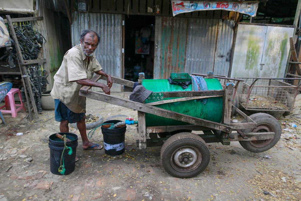 Продавец воды неизвестного происхождения около Янгона