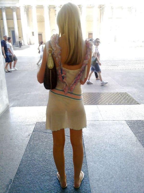 женщины в одежде которая просвечивает всё на улице
