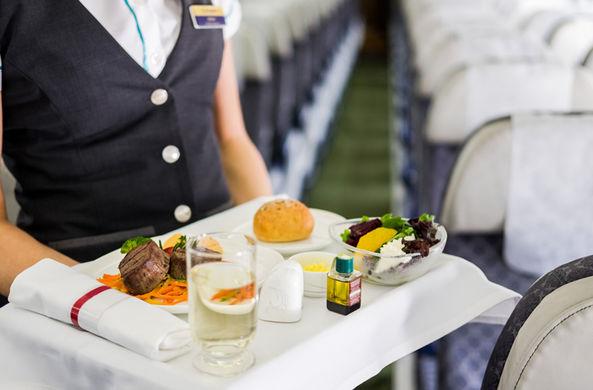 Авиапассажиры назвали любимые блюда и напитки на борту