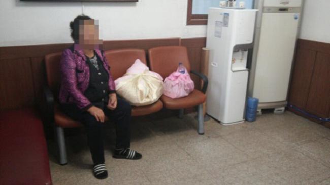 Когда полиция нашла эту старушку, у нее было два свертка. То, что лежало в них, доводит до слёз...