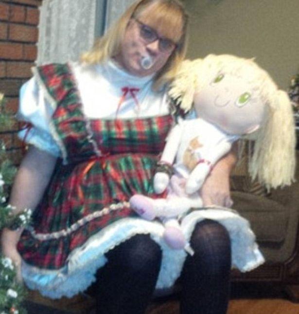 Канадец бросил 7 детей, представив себя 6-летней девочкой в платьице