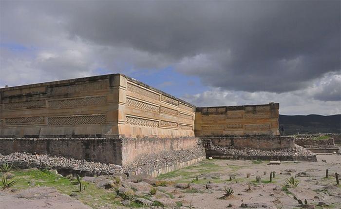 Погребальная урны в форме божества, похожего на летучую мышь. Оахака. 300-650 н.э.
