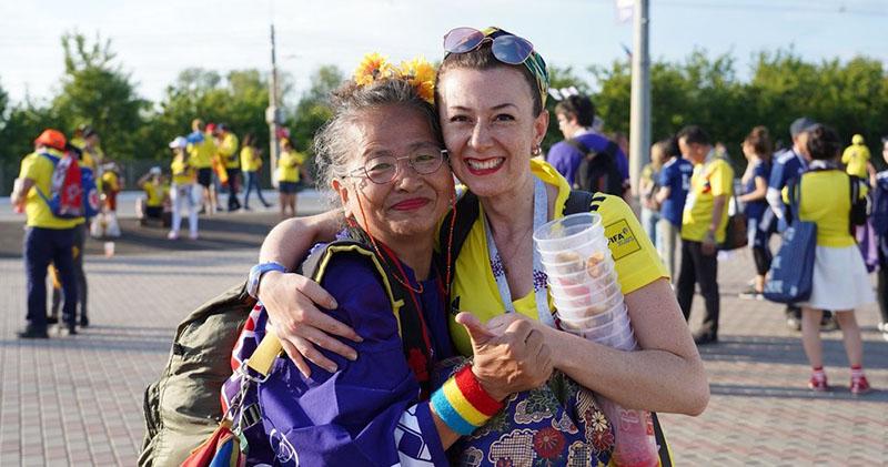 Япона дар: бабушка-фанатка подарила свое счастливое кимоно болельщице из Колумбии после матча в Саранске