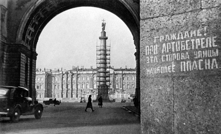 ID: 10618356 Описание: Советский союз. Ленинград. Вид на Дворцовую площадь в дни блокады. Фотохроника ТАСС