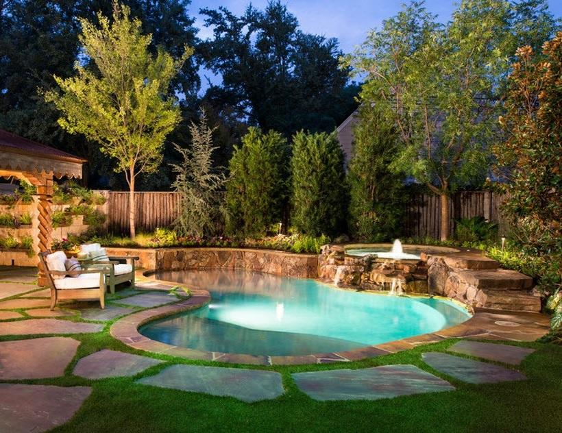 Бассейн в красивом дворе частного дома