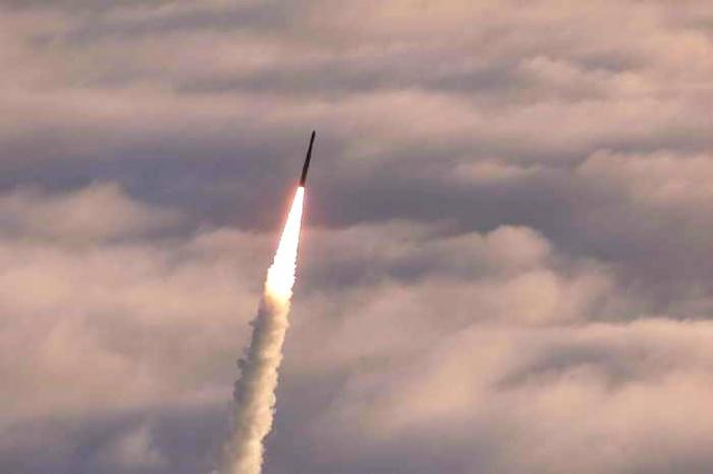 КНДР запустила ракету в непо…
