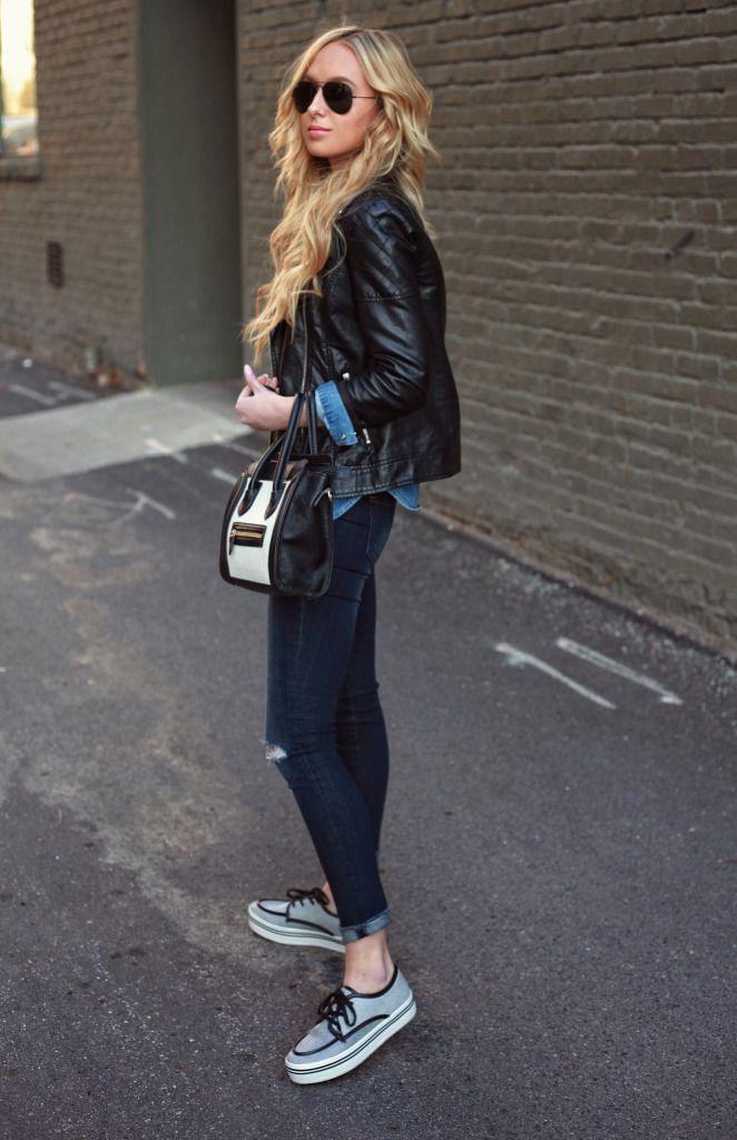 Темные джинсы сочетайте с кедами на платформе и короткой курткой